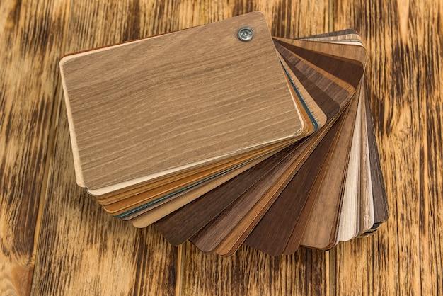 住宅プロジェクト用の木材を選択する木製の色見本。建築と建設