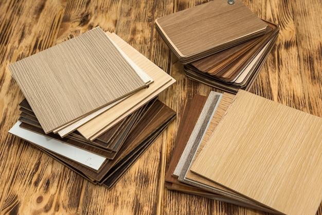 주택 프로젝트를 위해 목재 재료를 선택하는 목재 색상 견본