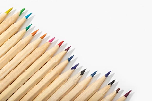 Деревянные цветные карандаши, изолированные на белом. вид сверху копирование пространства
