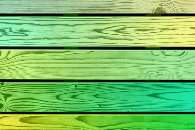 Деревянная цветная стена из зеленых досок. фото высокого качества
