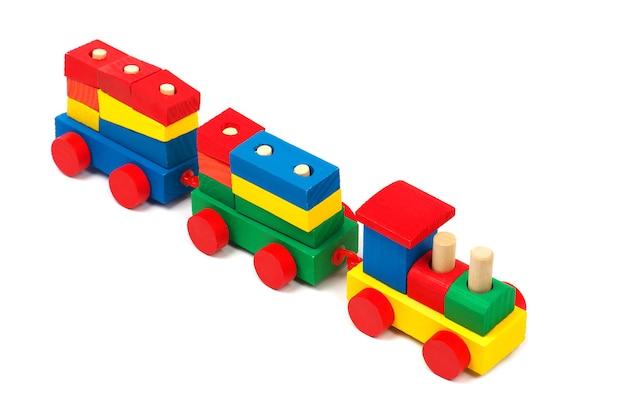 白い背景で隔離の木製カラフルなおもちゃの列車