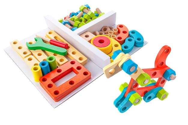 木造建築セット。教育玩具モンテッソーリ。白色の背景。閉じる。