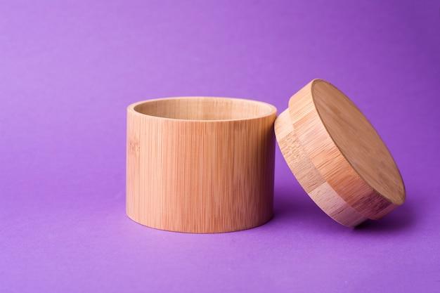 紫色の背景に木製の容器