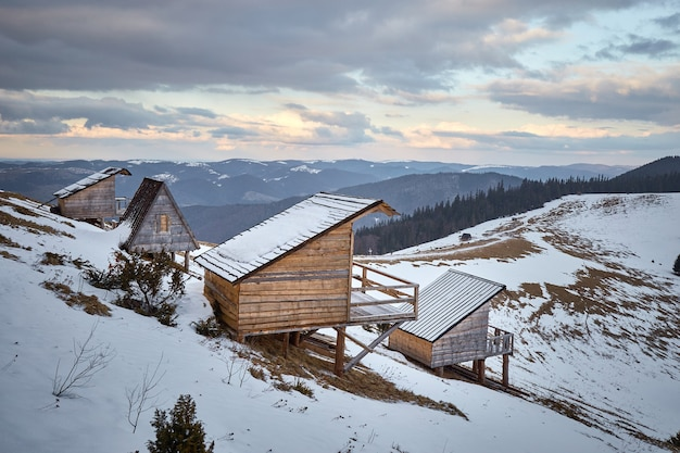계곡에있는 목조 오두막