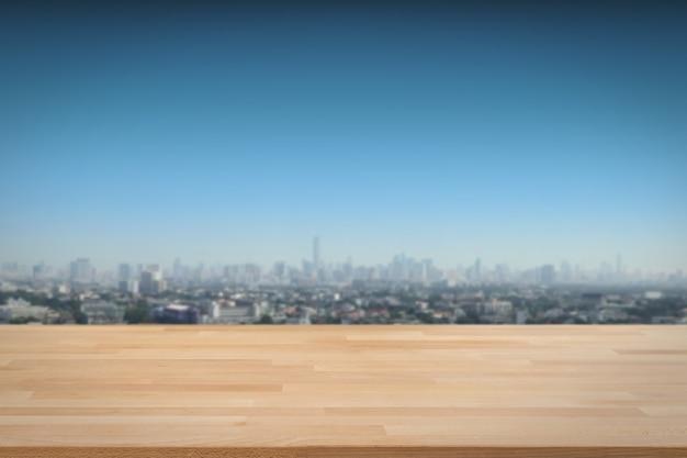 街並みと青い空を背景に木製のカウンター