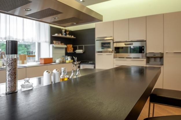 機能的なキッチンのぼやけた背景に木製のカウンタートップ