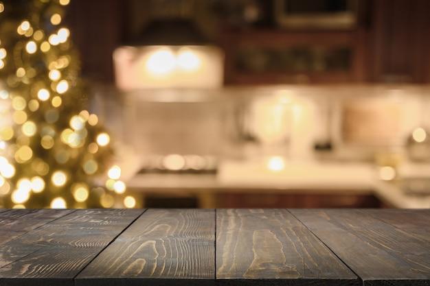 Деревянная столешница на кухне с елкой