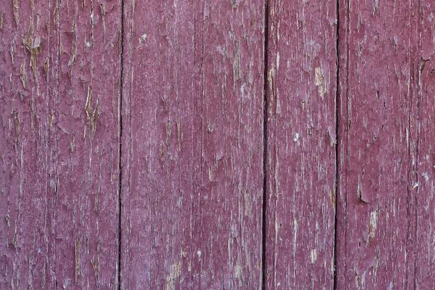 Деревянный треснувший красный фон для украшений и заставок. закрыть вверх