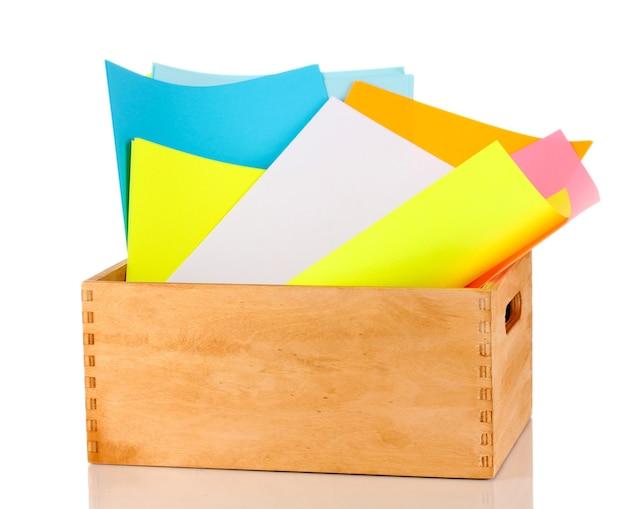 白で隔離されるカラフルな紙と木枠