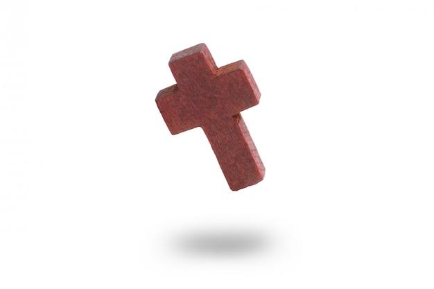 白い背景の上の木製の十字架。分離されました。