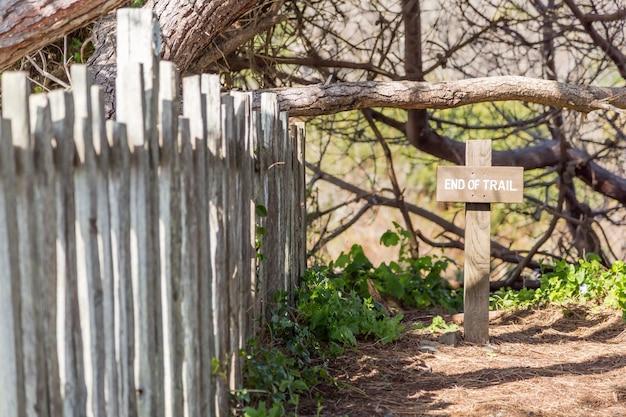 隣に木製の柵がある自然の木製の十字架