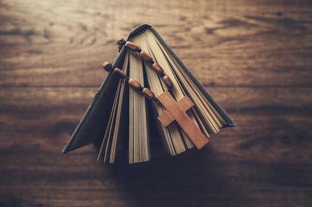 테이블에 성경에 나무 십자가
