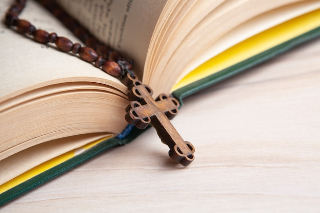 책에 나무 십자가 프리미엄 사진