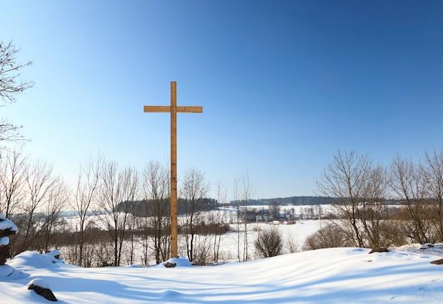 田園地帯にある木製の十字架。キリスト教