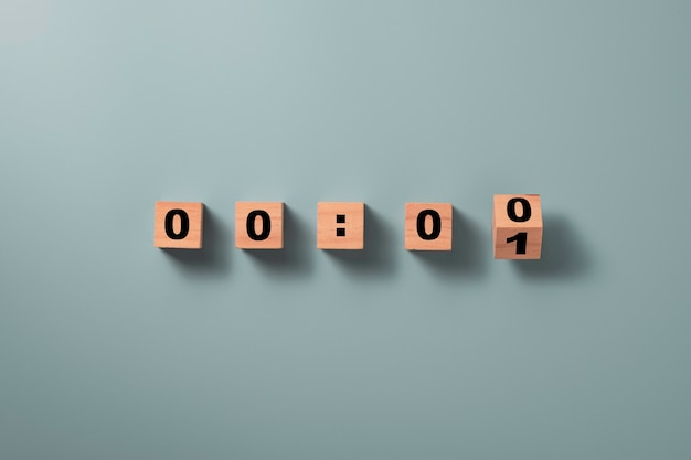 Деревянный кубический блок переворачивается, чтобы изменить номер один на ноль на синем