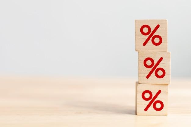 Деревянный кубический блок, увеличивающийся сверху с символом процента символа