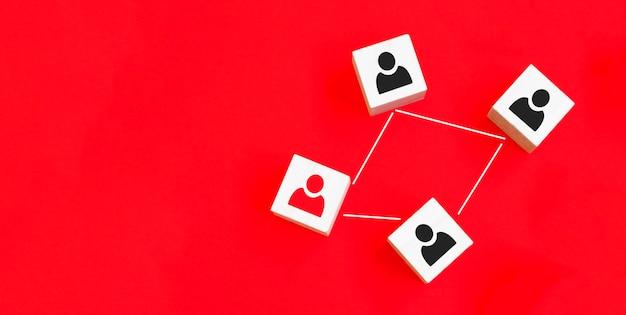 조직 구조 소셜 네트워크 및 팀워크 개념에 대한 연결 네트워크를 연결하는 나무 큐브 블록 인쇄 화면 사람 아이콘.