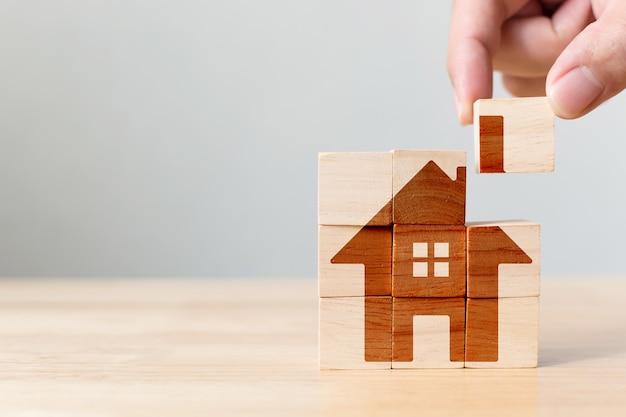 ホームイメージと木製の立方体ブロックパズル