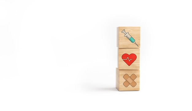 Деревянная башня блока куба с шприцем значка здравоохранения, здоровьем и полосой на белой предпосылке. концепция вакцины.