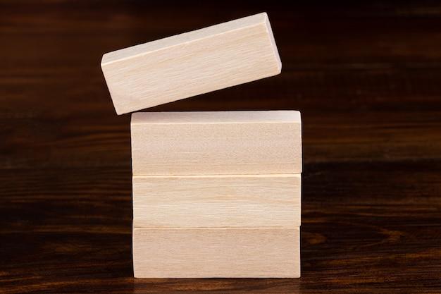 フリップオーバーブロック2019から2020ワードの木製キューブ。解決策、戦略、解決策、目標、ビジネス、新年の新しいあなたと幸せな休日の概念。