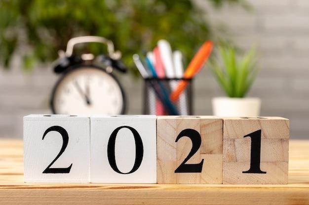 Деревянные кубики 2021 на рабочем столе