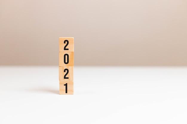 2021 텍스트 테이블 배경에 나무 큐브 블록.