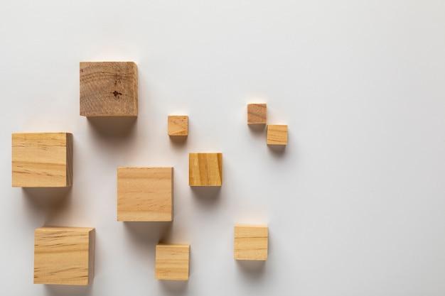 無地の背景に木製キューブ