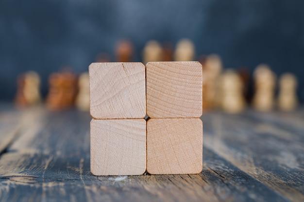 木製のテーブルの木製キューブ