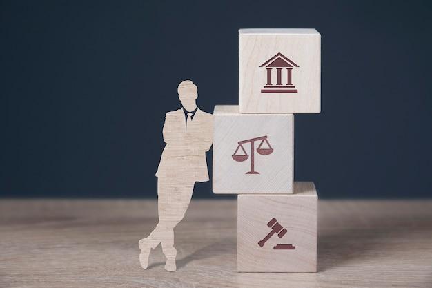 Деревянные кубики, стоящие друг на друге с иконами закона о занятости