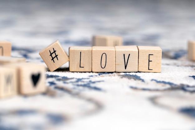 Деревянные кубики с хэштегом и словом любовь, социальные сети и валентинки концепции фон красоты