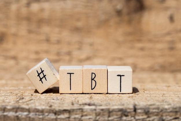 Деревянные кубики с хэштегом и словом tbt, throw back to, концепция социальных сетей