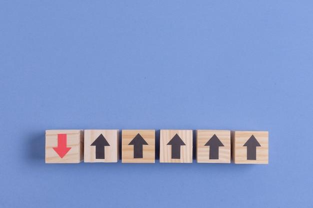 黒と赤の矢印の付いた木製キューブ