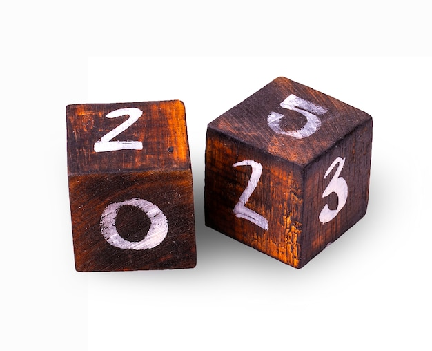Деревянные кубики с фигурами на белой стене.