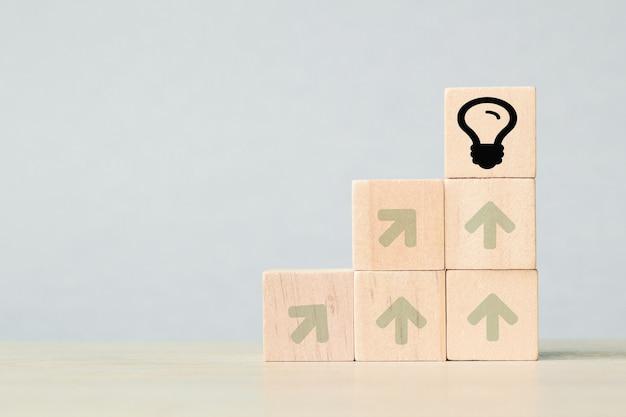 아이콘 전구 기호로 나무 큐브입니다. 창의적인 아이디어와 혁신 개념입니다.