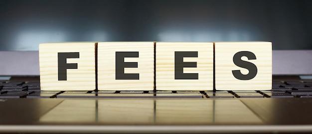 Деревянные кубики с буквами, изолированные на клавиатуре ноутбука