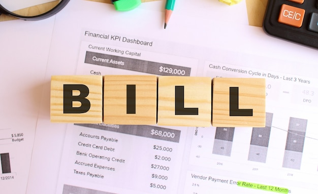 オフィスのテーブルに文字が書かれた木製の立方体テキストbill財務コンセプト
