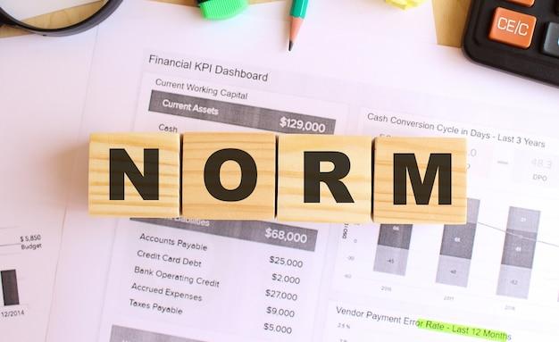 オフィスのテーブルに文字が書かれた木製の立方体。 normにテキストを送信します。財務コンセプト。