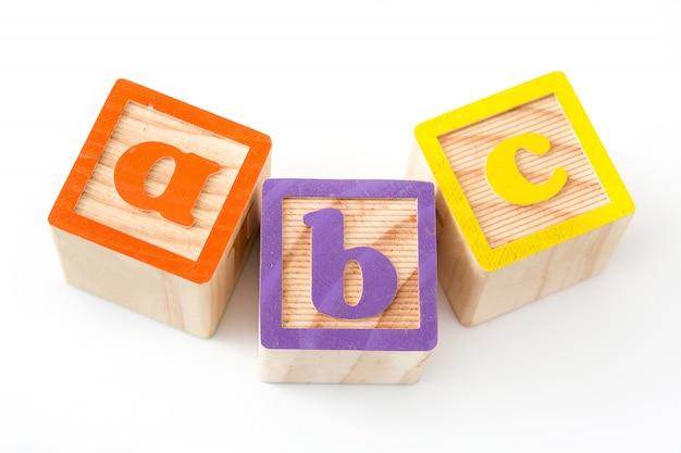 白い背景に分離された「赤ちゃん」という言葉が付いている手紙を持つ木製キューブ