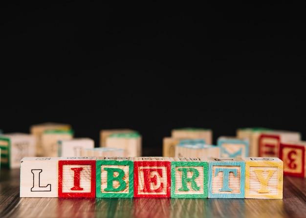Cubi di legno con iscrizione liberty
