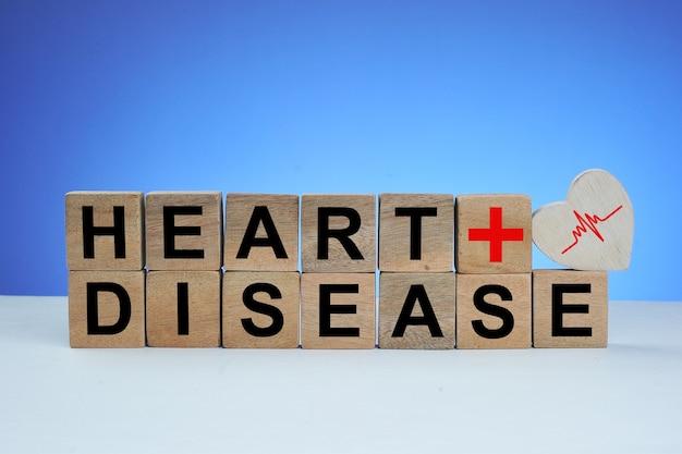 텍스트 심장 질환 및 심장 기호 격리 된 파란색 배경 나무 큐브