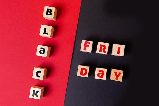 Деревянные кубики с надписью черная пятница. плоская планировка. закройте вверх. понятие скидок и распродаж.