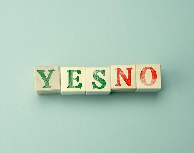 灰色の表面に「はい」と「いいえ」の刻印が入った木製の立方体
