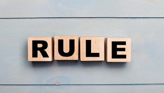 텍스트가 규칙 인 나무 큐브