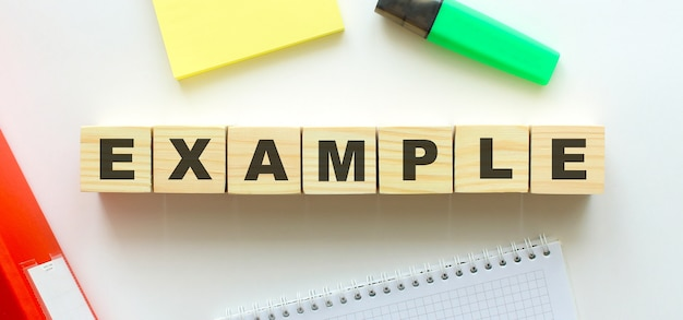 例という言葉が付いた木製の立方体。