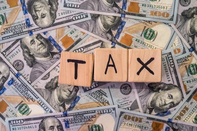 미국 달러에 '세금'이라는 단어로 나무 큐브