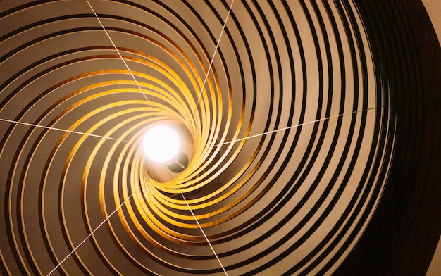 中心に電球が付いている木の曲線ラインランプ。