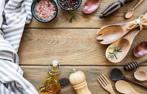 古い木製の背景に木製のカトラリーキッチン用品