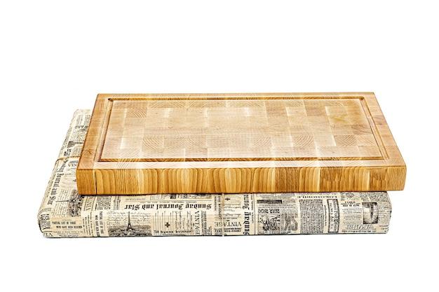 白い背景の机の上に分離された木製のまな板