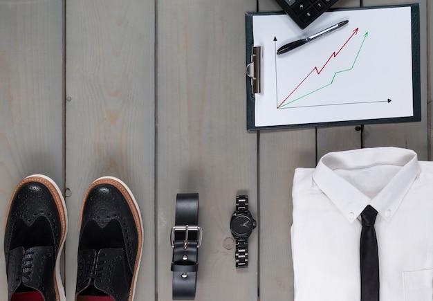 ビジネスマン、灰色wooden.d電卓の作業服。仕事に戻る。