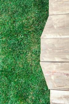 Деревянный помост с зеленой травой